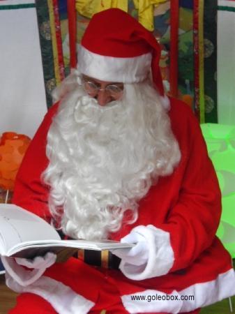 Le Père Noël fait la lecture aux enfants des lettres reçues !